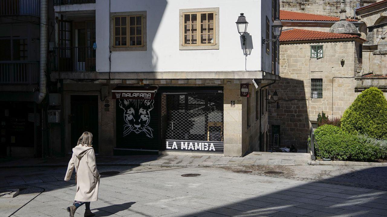 Así fue la primera noche sin estado de alarma en Ourense.Sara Arias, en las inmediaciones de su despacho