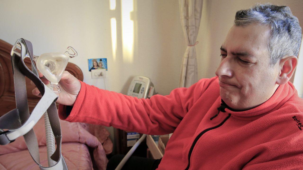 José Daniel Carbayosa enseña el aparato que le permite respirar mientras duerme, debido a su apnea del sueño