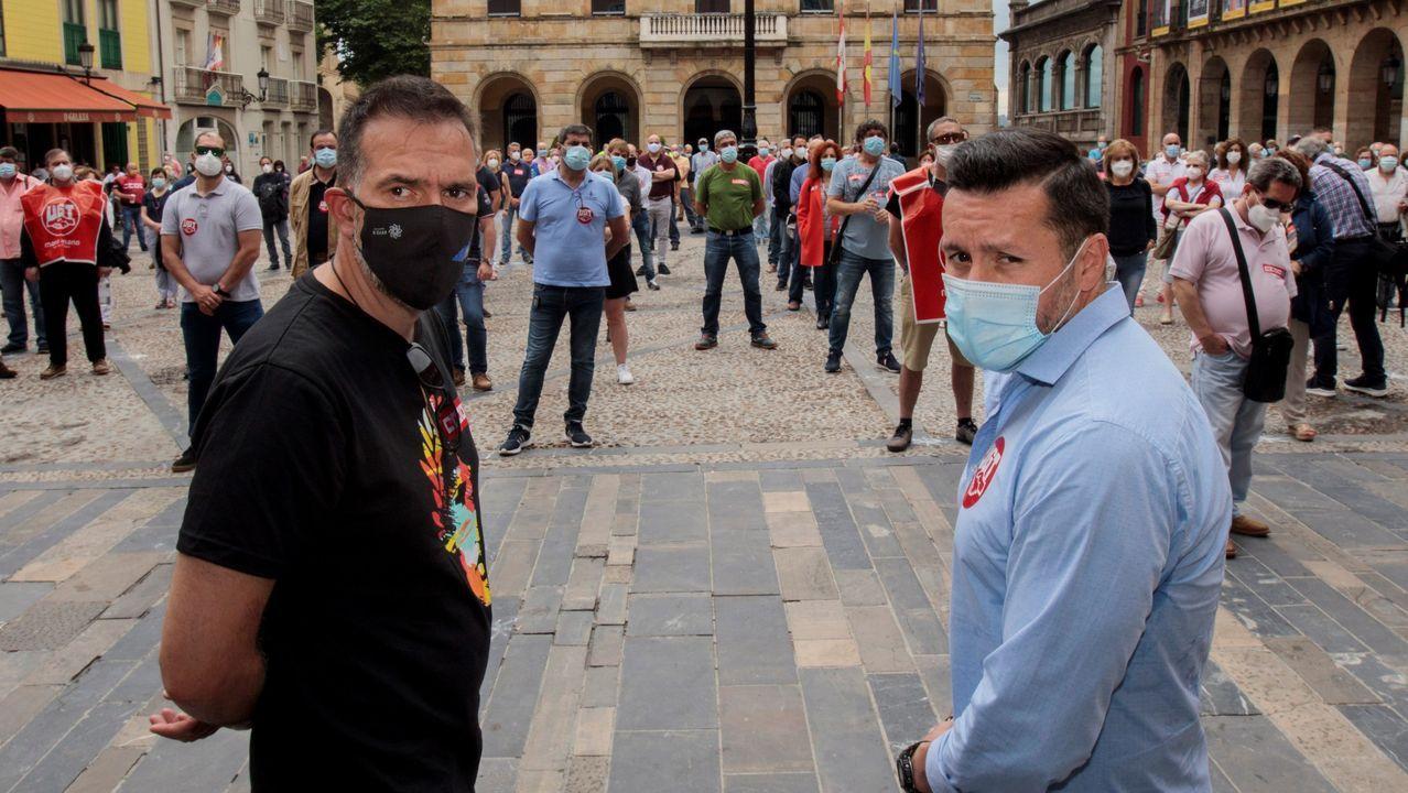 Unas trescientas personas se han concentrado este mediodía en la Plaza Mayor de Gijón para pedir a los partidos que dejen de lado la confrontación e impulsen un gran pacto para la reconstrucción económica y social