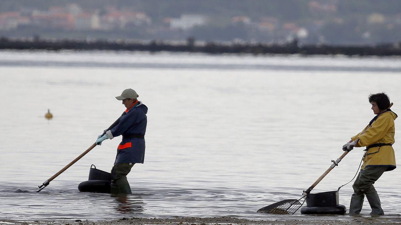 Un mariscador a flote trabaja en la ría eumesa, en una fotografía de archivo