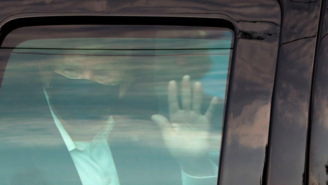 Trump saluda a sus partidarios en su polémica salida del hospital