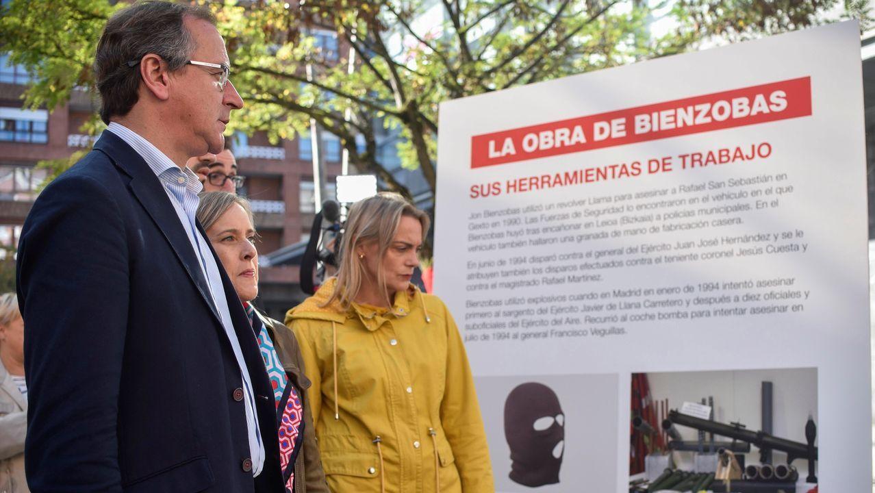 El Presidente del Partido Popular vasco, Alfonso Alonso (i), acudió el lunes a la Casa de Cultura de Galdakao junto a otros dirigentes de la formación política, en un acto en protesta por la exposición del miembro de ETA Jon Bienzobas