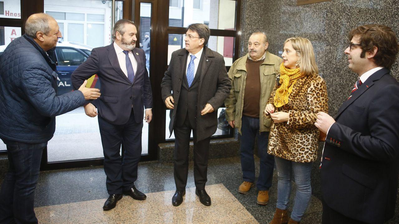 A finales de diciembre del año pasado, el director autonómico de Xustiza (tercero por la izquierda) visitó los juzgados con el entonces delegado de la Xunta, el portavoz local del PP, un concejal ahora no adscrito y la alcaldesa viveirense. Los recibió el juez decano, a la derecha