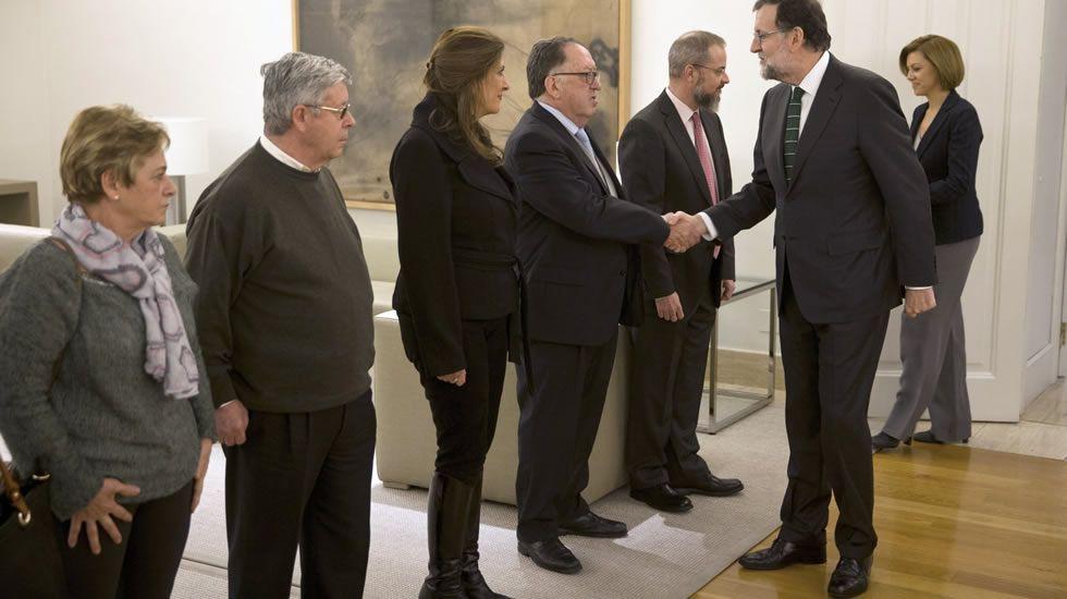 Llegada del buque Juan Sebastián de Elcano. Mariano Rajoy y Cospedal saludando, en enero, a los representantes de la Asociación de Víctimas del Yak-42