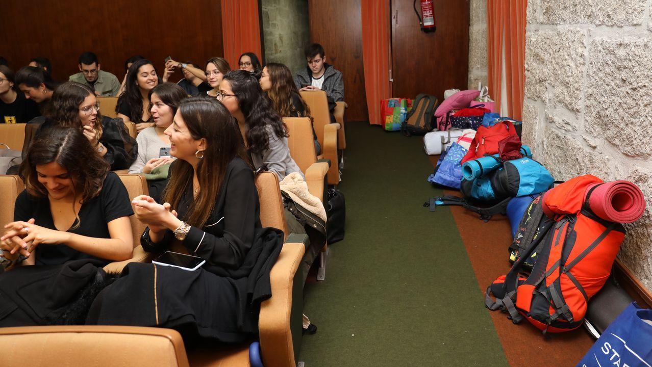 La noche de este martes varios estudiantes asistieron a una asamblea, algunos de ellos pertrechados con sacos de dormir