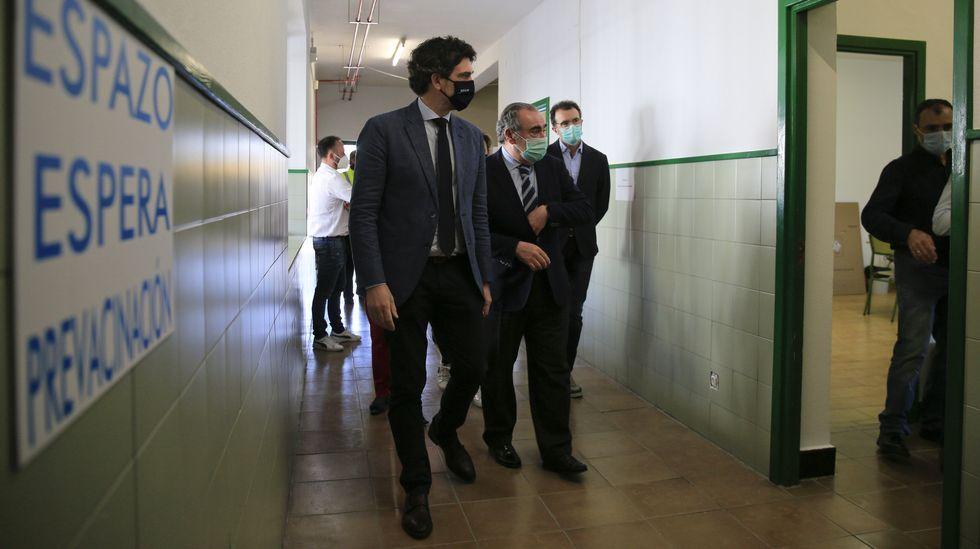Representantes de la Xunta visitaron el nuevo centro de vacunación este martes, el día de su estreno