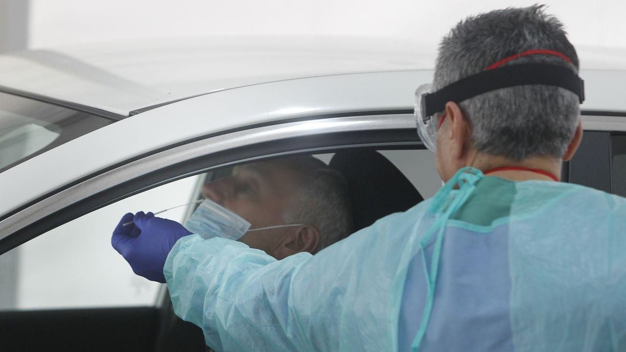 Test rápido de COVID-19 realizado desde un coche en una carpa ubicada en el entorno del hospital Gil Casares de Santiago