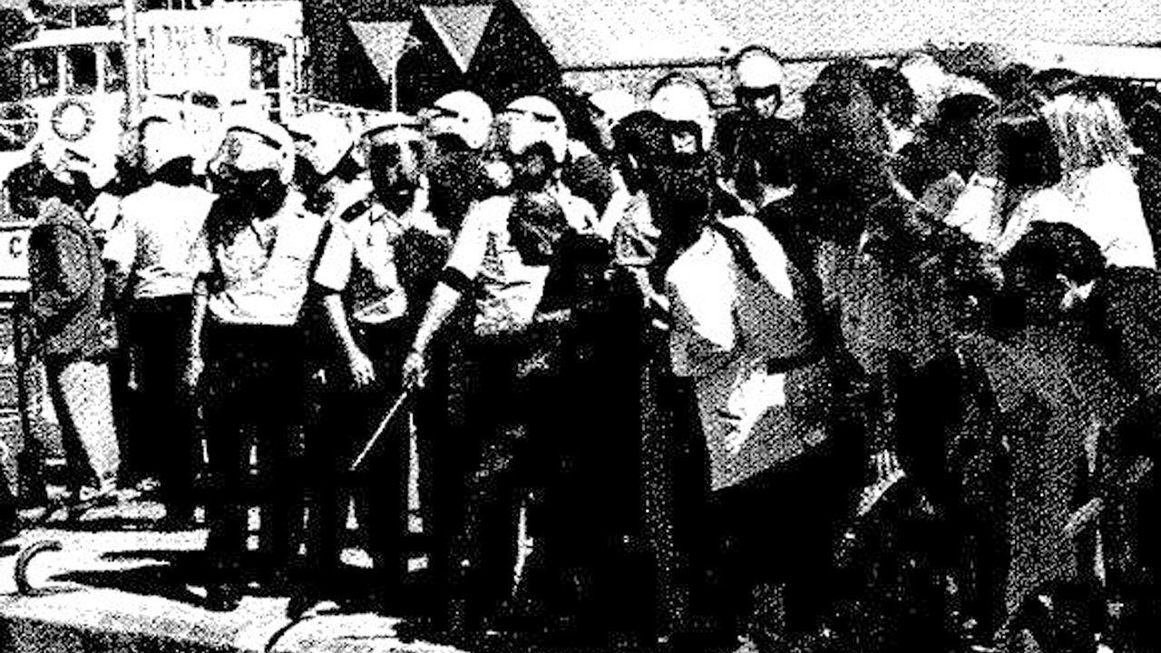 «¡Merda non queremos na praia de Celeiro!».Los operarios de limpieza han quitado los vestidos del camino de Muxa