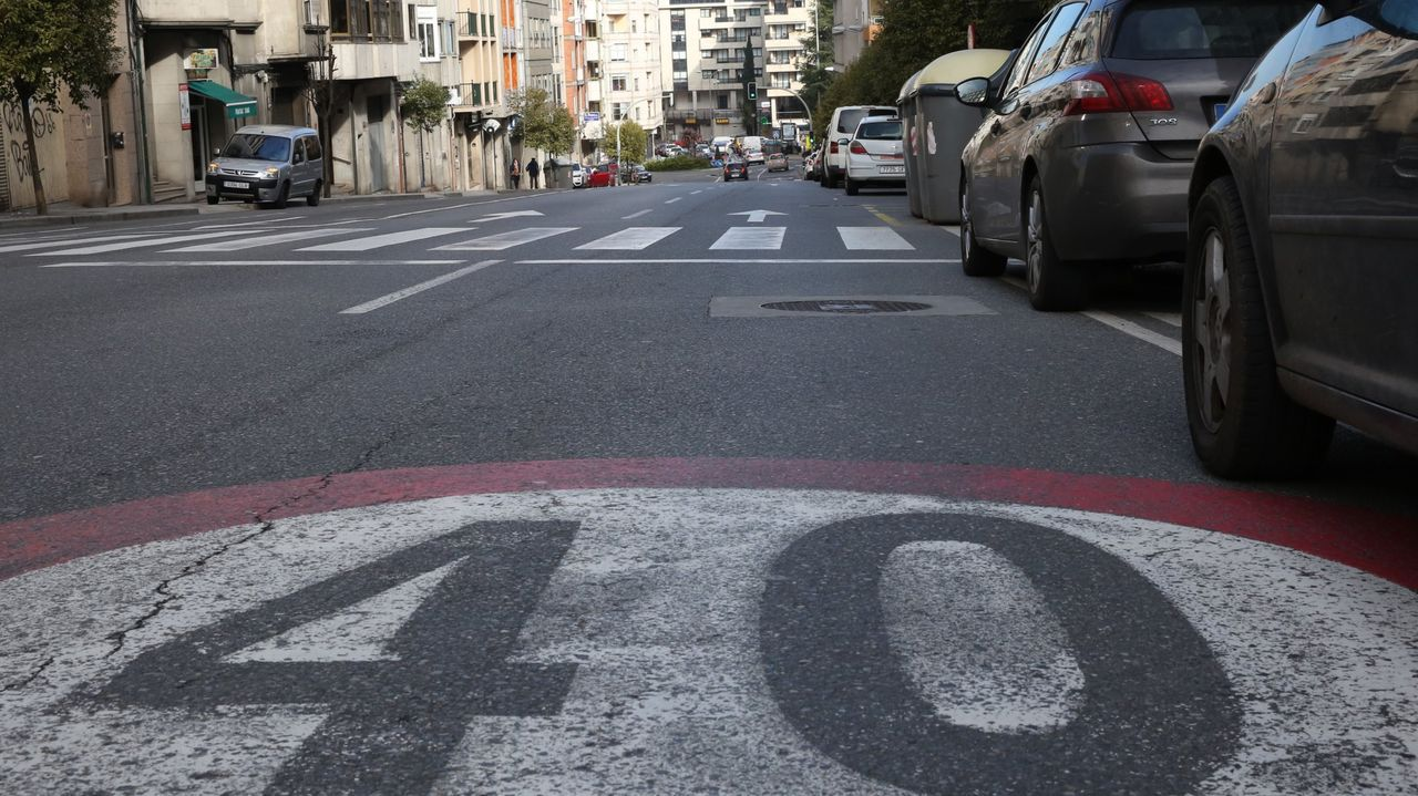 Así ha castigado el temporal a Ourense.Obras de mejora del firme de la carretera N-540, este lunes en la travesía de A Barrela (Carballedo)