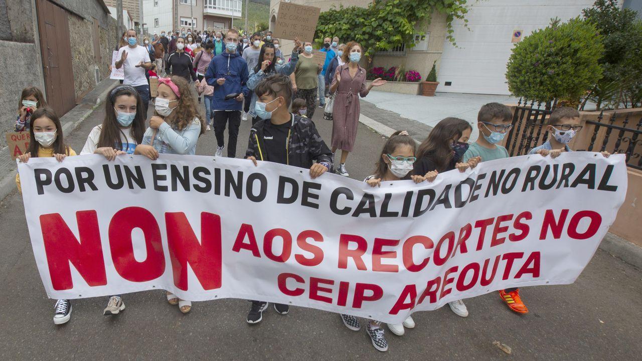 El Camino se reactiva con más de mil peregrinos diarios en julio.Una de las meriendas, ayer, en San Fins do Castro, Cabana