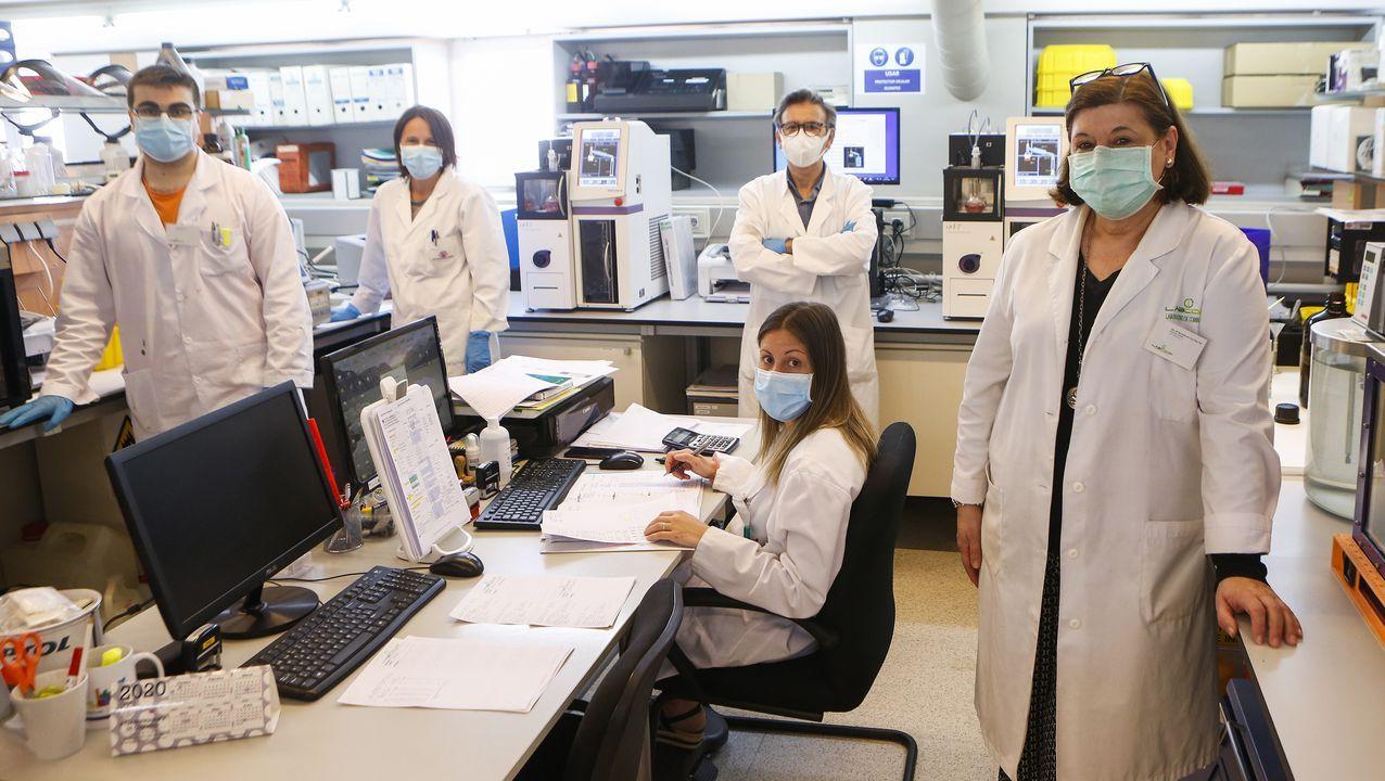 Coro Fernández (a la derecha, en primer término) dirige el Laboratorio de Combustibles del CIT, donde se analiza la calidad de los combustibles que se comercializan en Galicia