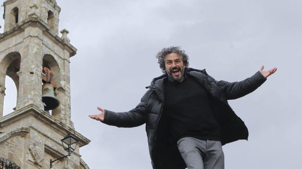 O cantante e «showman» Dani Ríos, fotografado na súa Neda natal, á que está fondamente unido