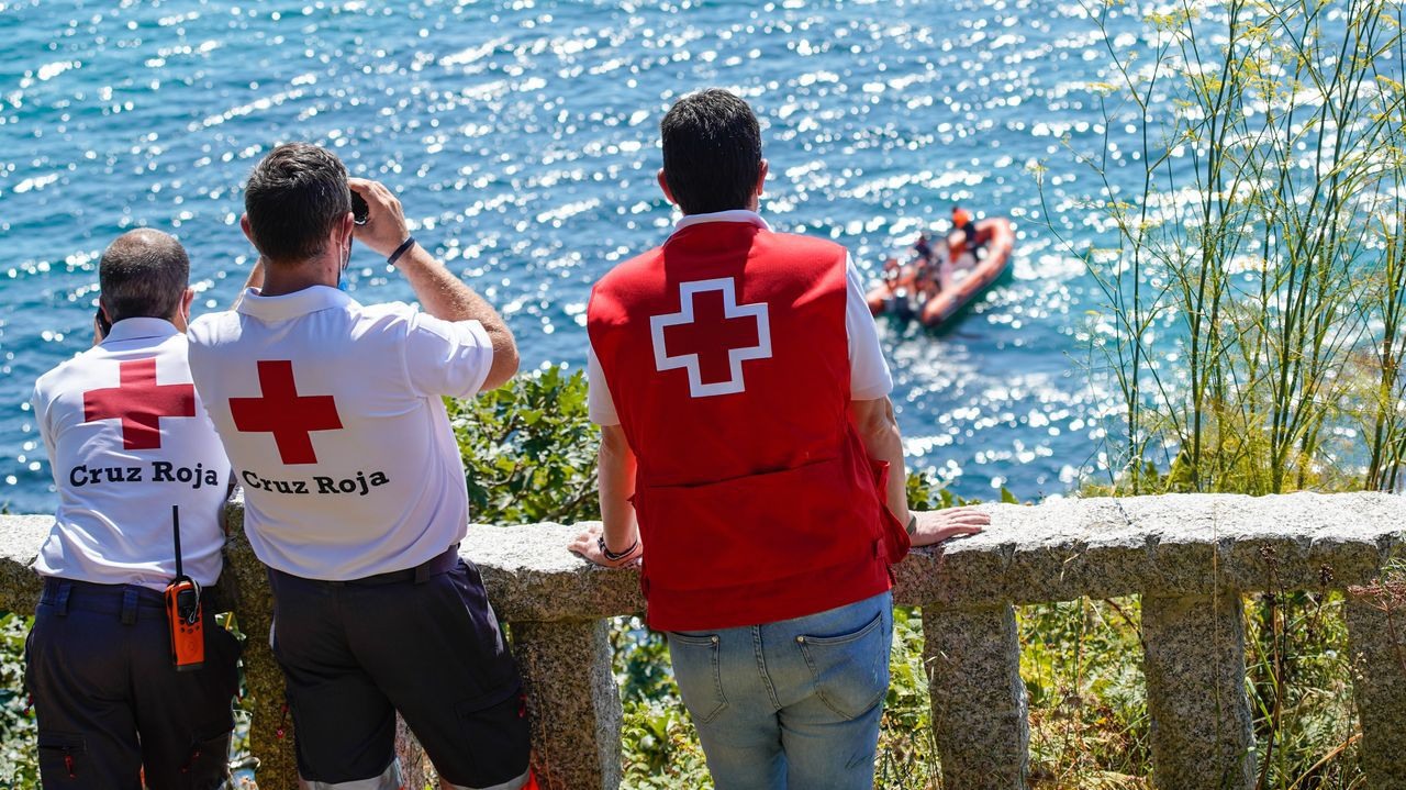 Integrantes de la Cruz Roja participan en las labores de búsqueda de los desaparecidos