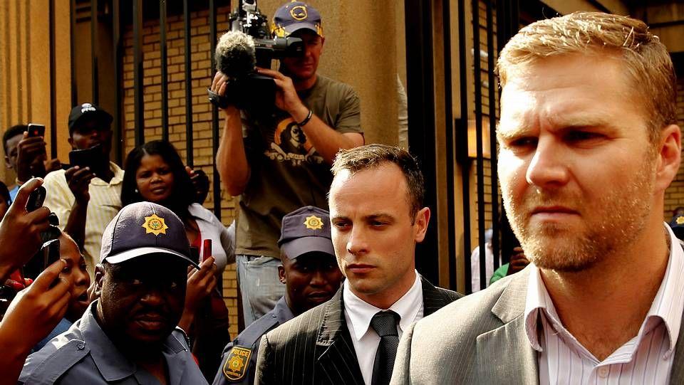 Pistorius (centro) a la salida del juzgado de Pretoria