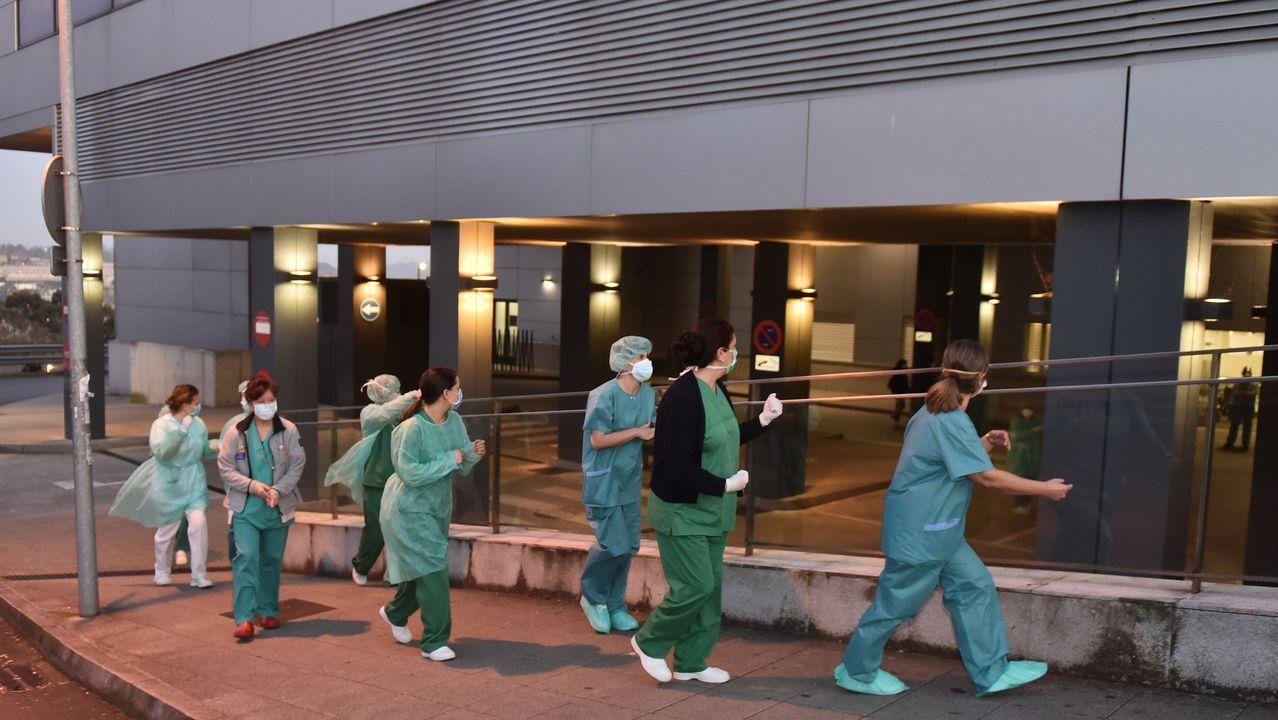 Los paseos se reactivan al cierre de la hostelería.Personal sanitario en el Chuac