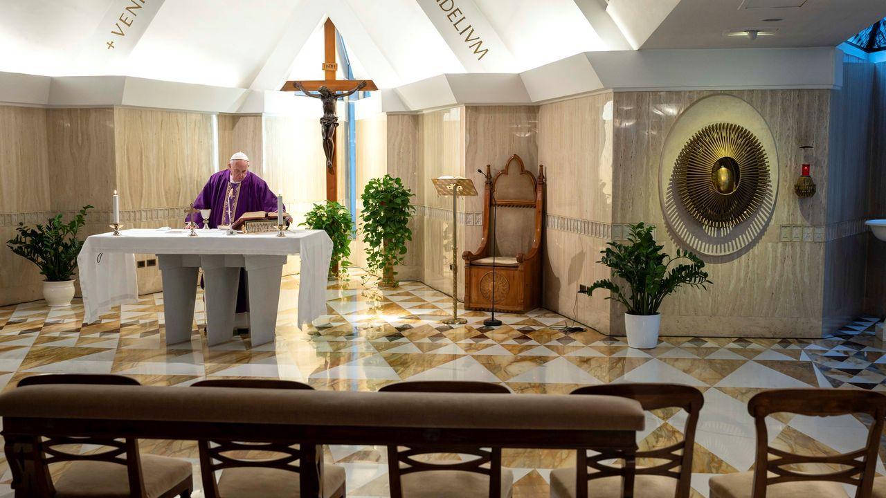 Misa sin asistentes oficiada por el papa Francisco en Santa Marta, en el Vaticano.