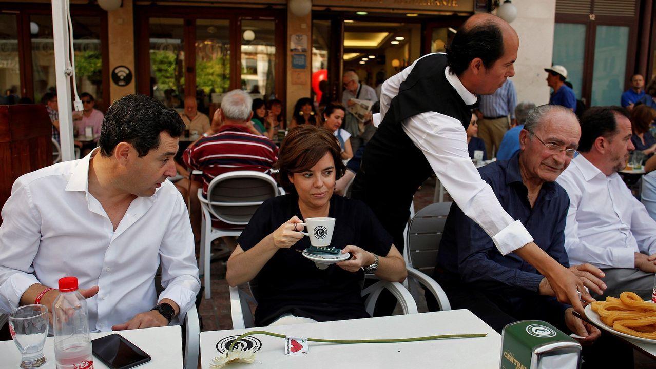 De Cospedal y simpatizantes de su candidatura se fotografían durante un acto en Murcia