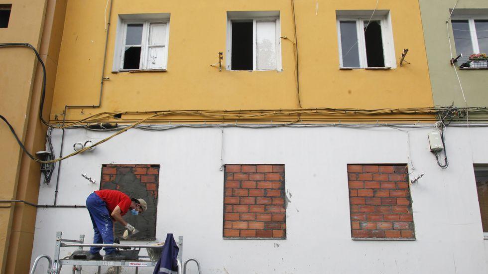 Incendio en Os Mallos.Tapiado de un piso el martes en la calle Cedeira para evitar su ocupación ilegal