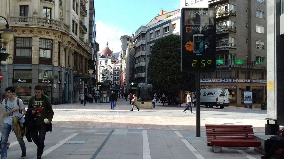 Un termómetro del centro de Oviedo marca 25 grados