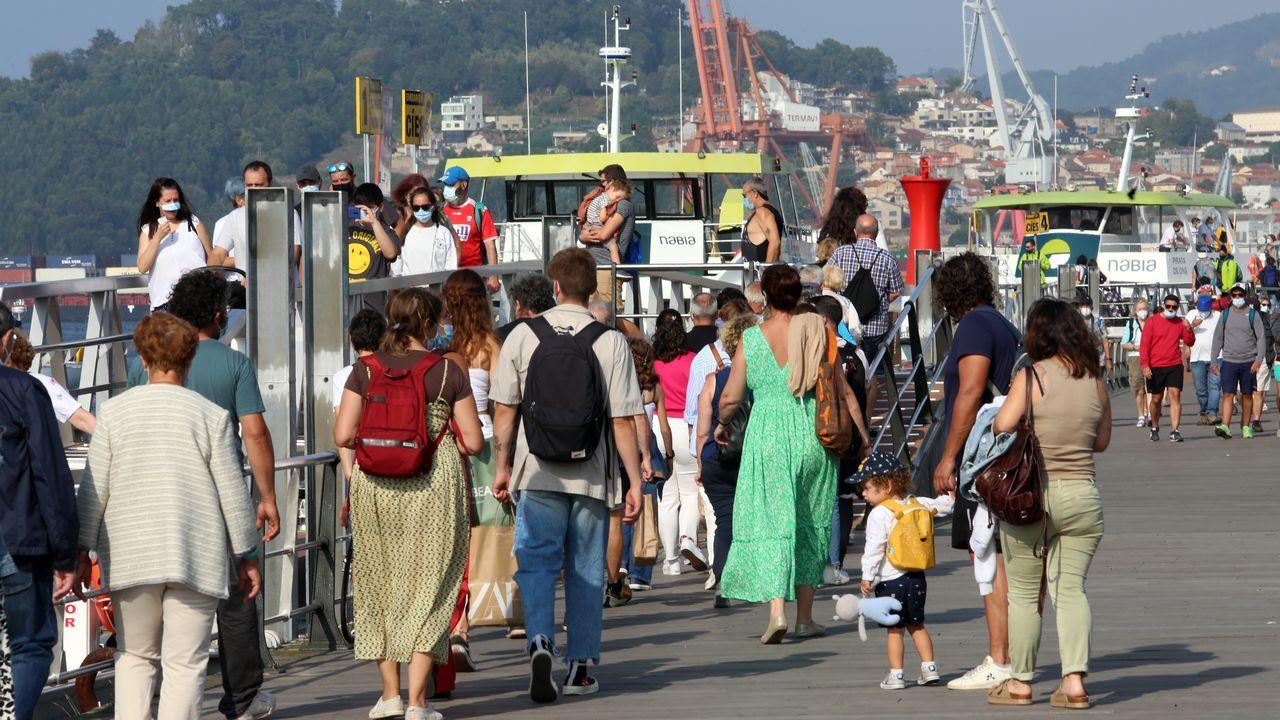 Colas de gente para subir a los barcos de las Cíes hace una semana.