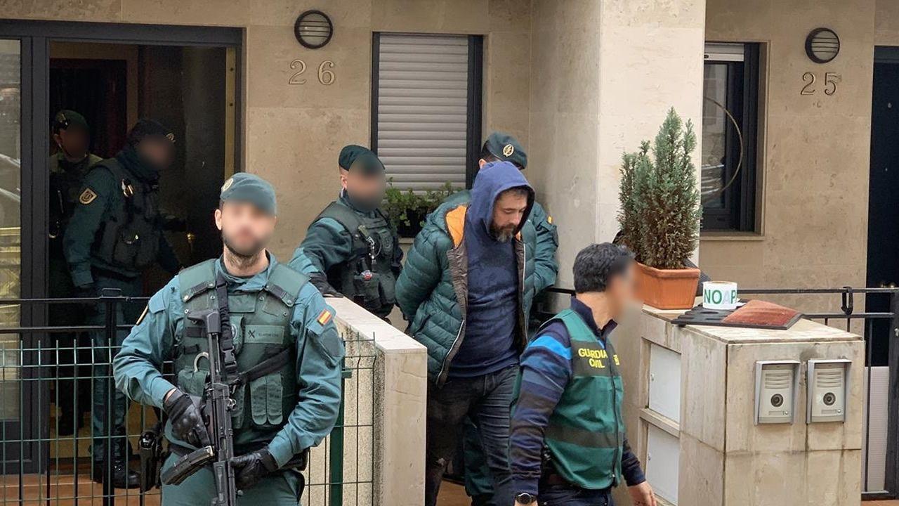 El crimen del concejal de Llanes se esclarece seis meses después.Uno de los detenidos por el asesinato del concejal de IU en Llanes (Asturias) Javier Ardines, es conducido por miembros de las GAR de la Guardia Civil y de la UCO, tras buscar indicios en su domicilio de Bilbao.