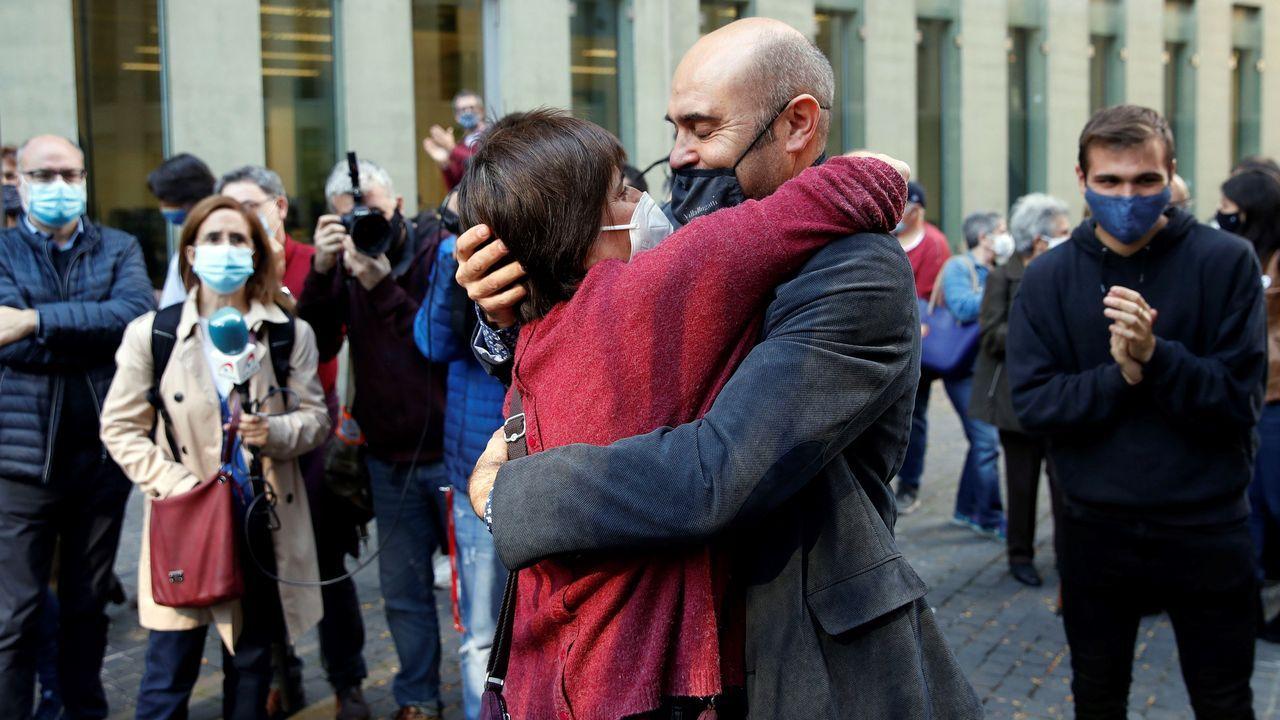 El juez  ha dejado en libertad al exconseller de ERC Xavier Vendrell (en la imagen abraza a Marta Molina, otra de las detenidas), al exdirigente de CDC David Madí y al empresario Oriol Soler, miembros del  estado mayor  que estuvo detrás del 1-O