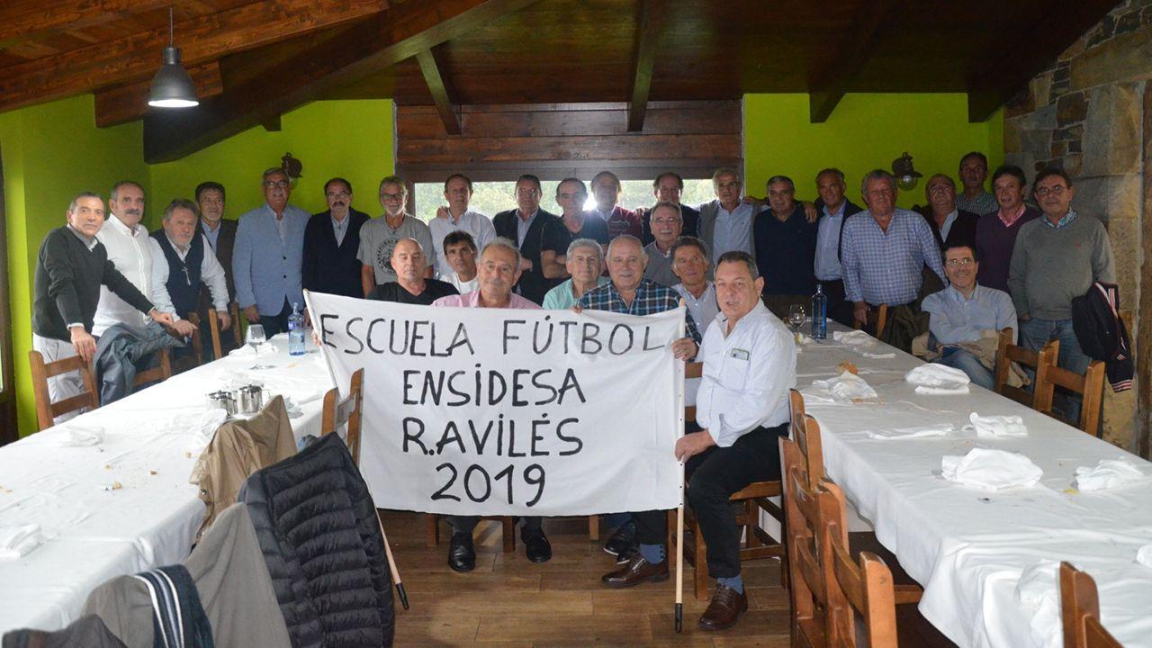 Parte de los asistentes a la comida de reencuentro de jugadores de la Escuela de Fútbol Ensidesa