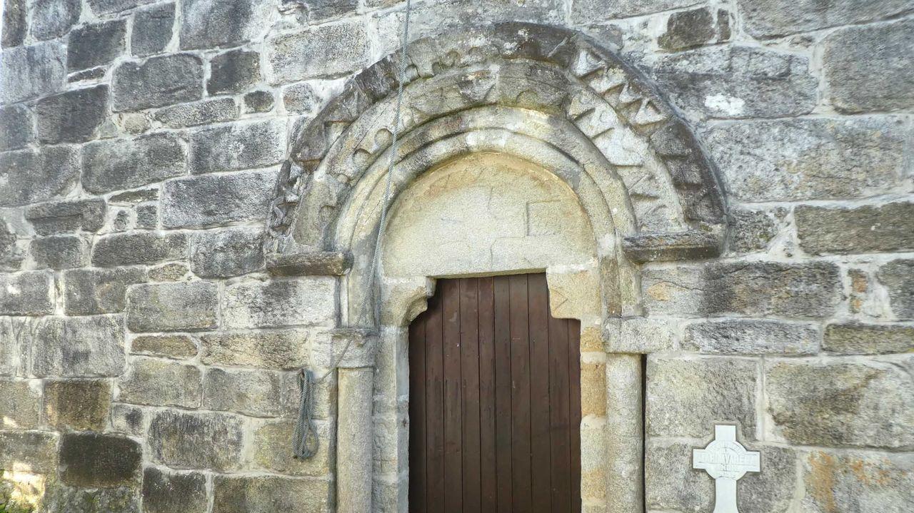 Puerta principal con arquivoltas decoradas y tímpano  de la iglesia románica de Chamín, en Arteixo