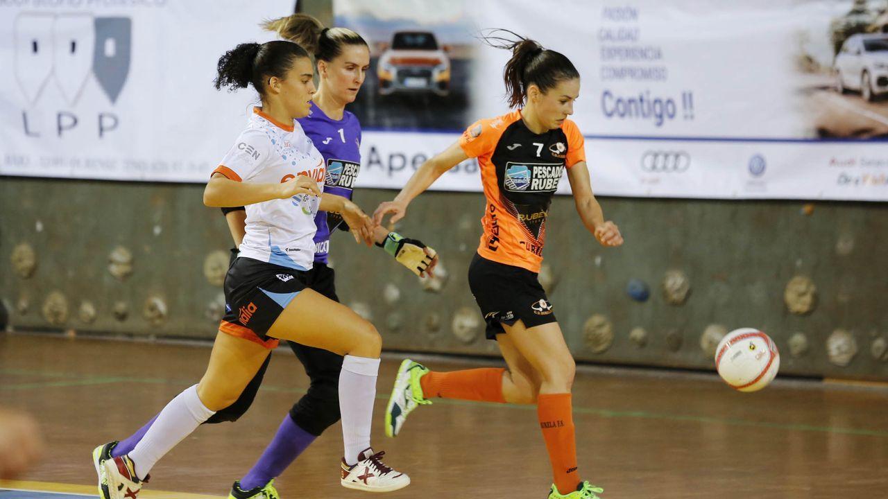 Llegada a la plaza del concello de Burela del equipo femenino de fútbol sala como campeonas de liga