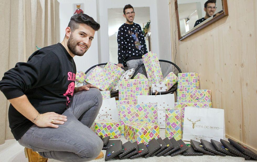 Consejos para un «black friday» seguro.Yago (en primer plano) y Adrián, en su tienda con los regalos que compraron con el dinero solidario.