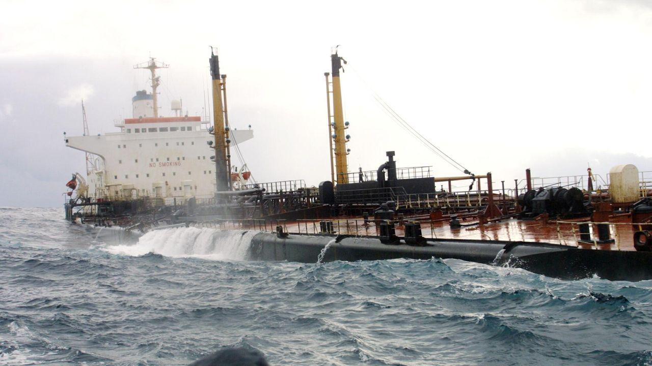 Recuperadas la placa y el carné de uno de los héroes del Orzán.Las olas entraban el 14 de noviembre libremente por la parte más hundida del petrolero
