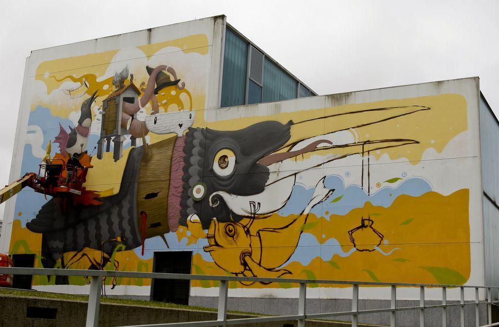 Las obras de los artistas que participan en el Rexenera Fest sacan partido de las posibilidades expresivas que les ofrecen los muros de los edificios, como el del valenciano Dulk inspirado en el reino animal (arriba) o el retrato femenino (izquierda) creado por el compostelano Nömada.