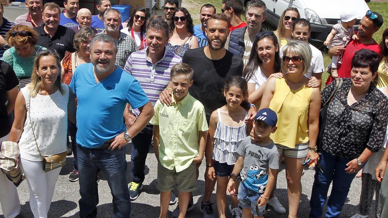 Sergio, rodeado de miembros de su peña en Catoira