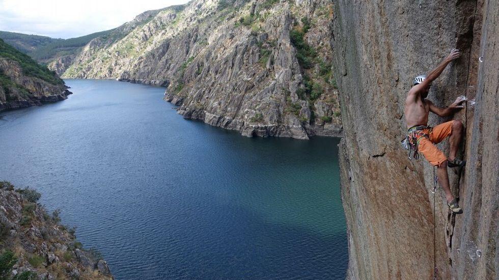 Las espectaculares fotos de las escaladas en el cañón del Sil.Integrantes del Kennel DEN, con sus equipaciones provisionales en espera por las encargadas.