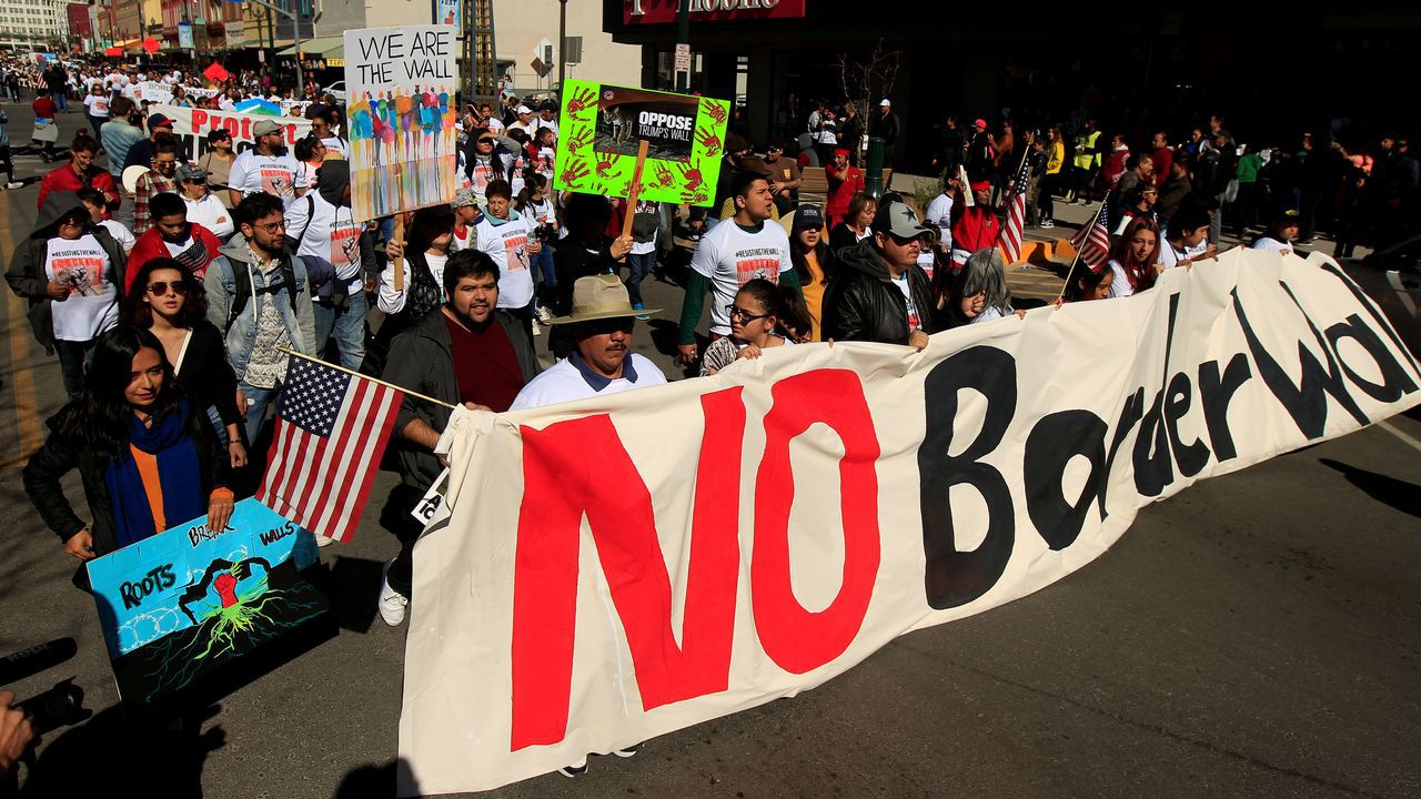 Manifestación contra el muro fronterizo en la ciudad texana de El Paso poco antes del mitin de Trump