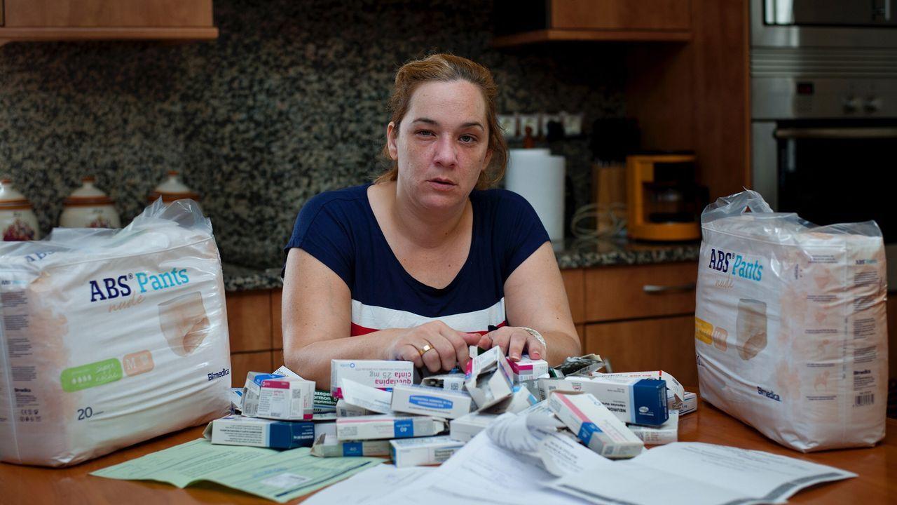 Desde hace más de dos años Rebeca debe usar pañales y toma una media de 27 pastillas al día