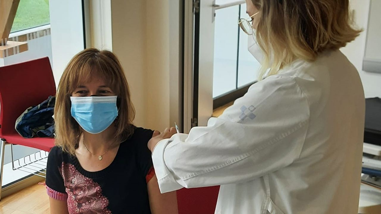 vacunas asturias .La consejera de Hacienda, Ana Cárcaba, nacida en 1972, vacunándose contra la Covid-19