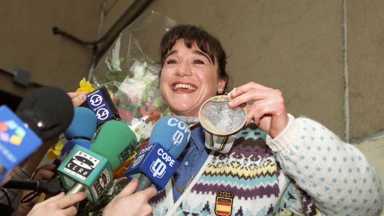 Un diputado se echa la siesta en el Parlamento británico durante el debate clave del Brexit.Fotografía de archivo tomada el 03/03/1992 de la esquiadora Blanca Fernández Ochoa, rodeada de periodistas, a su llegada al aeropuerto de Barajas, tras ganar la medalla de bronce en el eslalon de los Juegos Olímpicos de Albertville, Francia