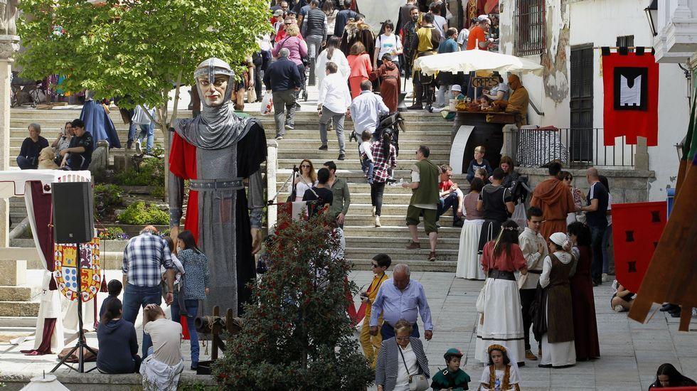 Uno de los dos gigantes que presiden este año el recinto central de la Feira Medieval de Monforte