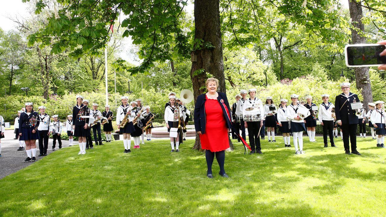 La primera ministra noruega celebra, junto a una banda de música, el Día de la Constitución en su país, donde el coronavirus no ha hecho mella