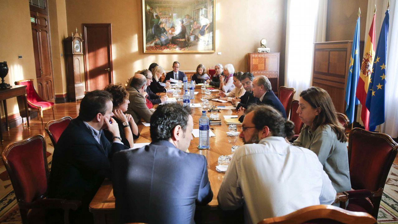 La consejera Dolores Carcedo entrega a Pedro Sanjurjo, presidente de la Junta General, el proyectos de presupuestos para 2018..Junta de portavoces en el parlamento asturiano