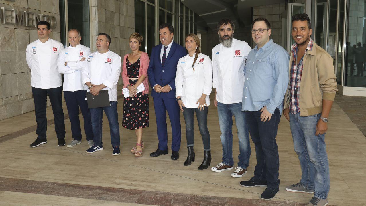 Varios cocineros del Grupo Nove junto a Román Rodríguez y Nava Castro.