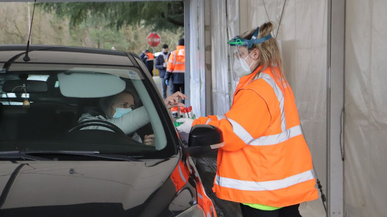 Los vecinos de Outes que participaron en el cribado devolvieron ayer las muestras de saliva que tomaron en sus viviendas.aeropuerto de Oporto