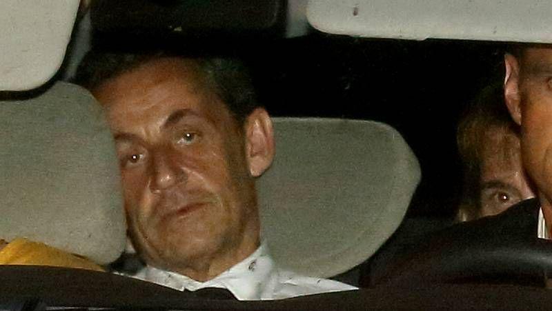 Histórica manifestación contra el terrorismo en París.Sarkozy saluda al líder de sus socios centristas de la UDI.