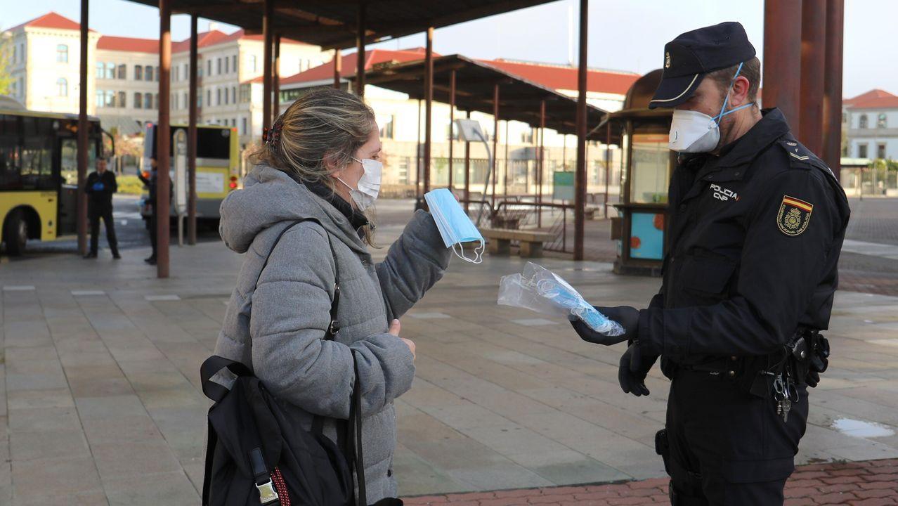 Reparto de mascarillas en la estación de autobuses de Santiago