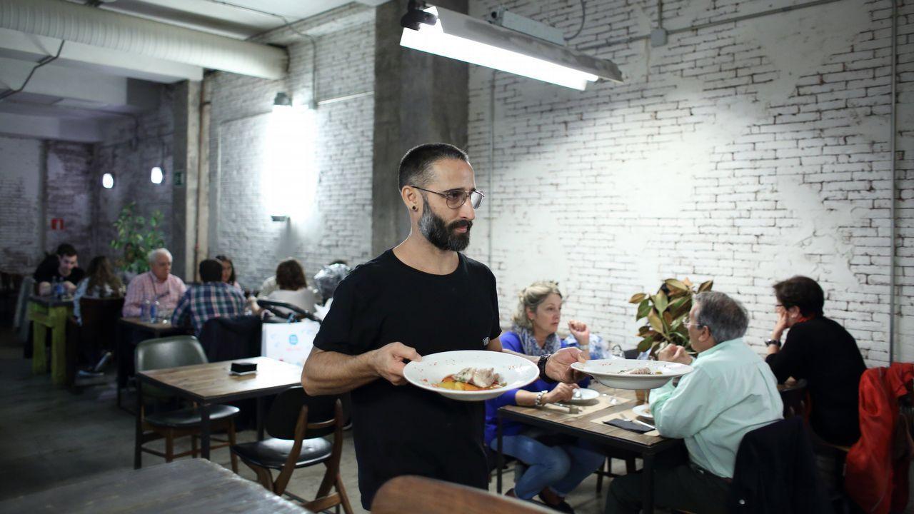 Uno de los camareros del Barlovento, un local de estética hispter, en plena faena