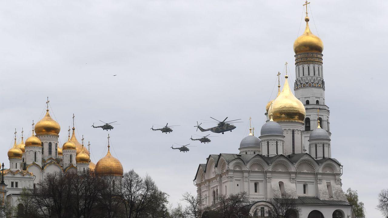 Aviones rusos vuelan sobre la Plaza Roja durante un ensayo para el próximo desfile aéreo del Día de la Victoria en Moscú, aplazado en su momento