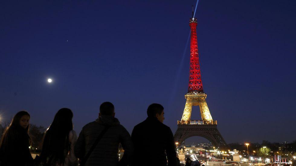 La Torre Eiffel de París, con los colores de la enseña belga.