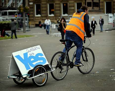 Un joven recordando con una inscripción el voto de Glasgow a favor de la independencia.