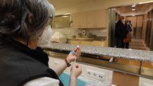 Una sanitaria prepara dosis de vacunas contra el covid en Hospital Público da Mariña